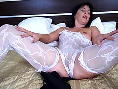 big ass solo model cougar drilling her shaved pussy using vibrator